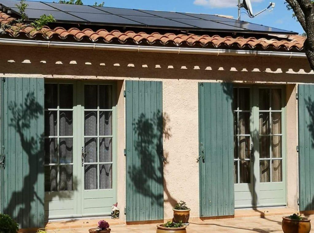 Panneaux sur maison provençale dans le Gard